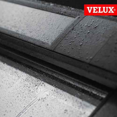finestra VELUX GGL integra solare, dettaglio pannello solare e sensore pioggia con istruzioni e scheda di montaggio.